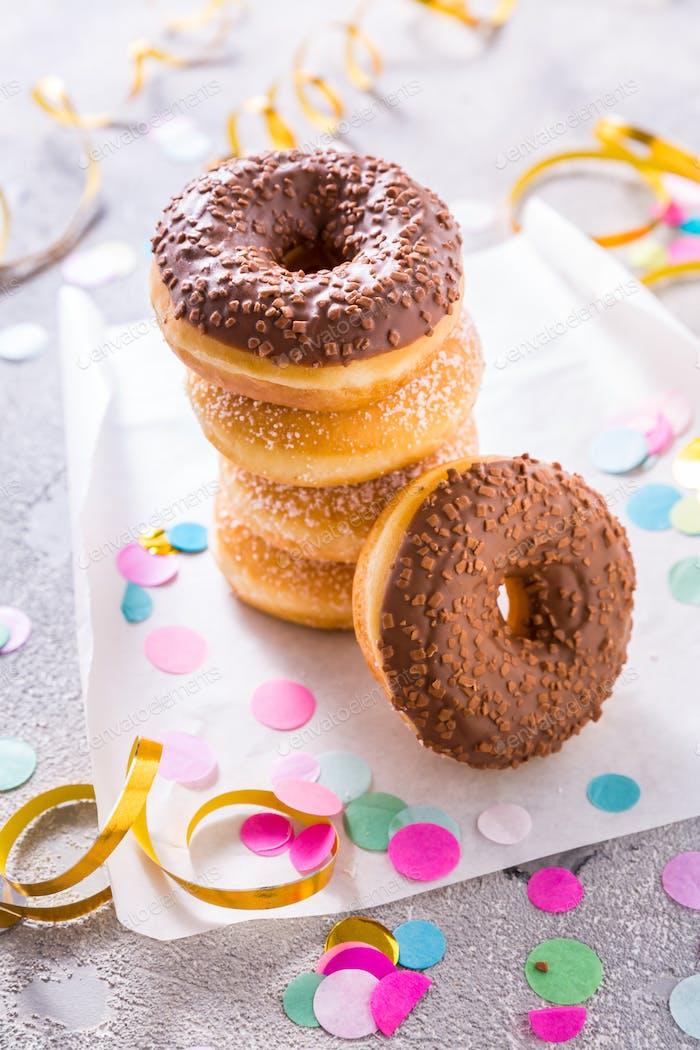 Donuts mit Streamer und Konfetti. Donuts für Karneval und Party