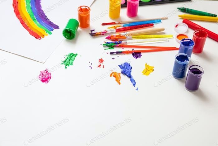 Bunte Fingerfarben auf weißem Hintergrund gesetzt