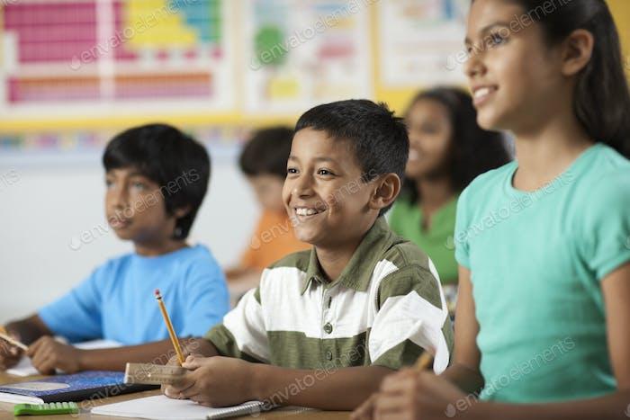 Eine Gruppe junger Mädchen und Jungen in einem Klassenzimmer, Klassenkameraden.