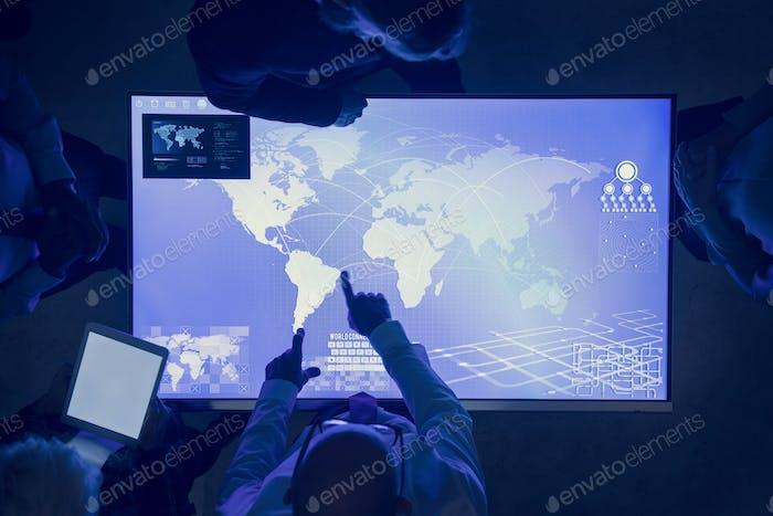 Gente en una reunión sobre el ciberespacio Tecnología