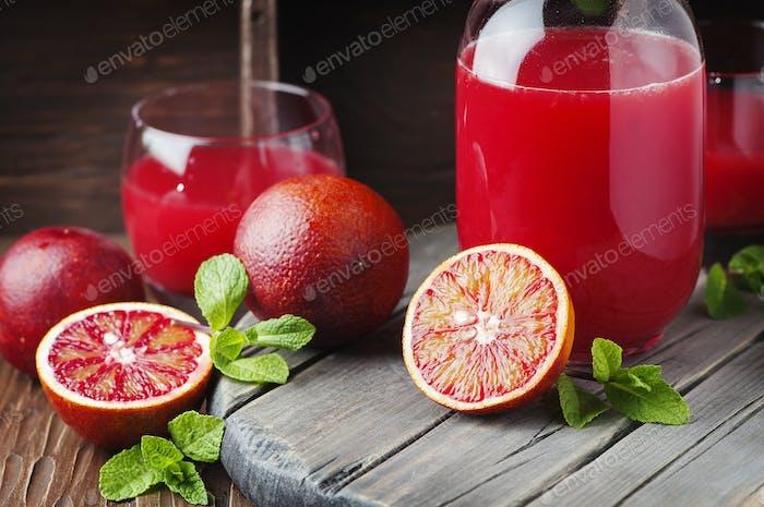 Köstlicher Saft mit roten Orangen und Minze