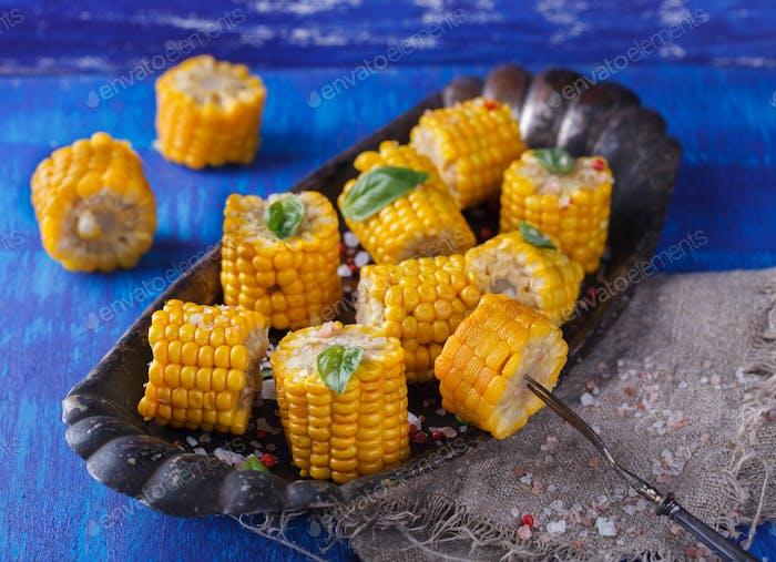Gekochte Maisstücke mit Basilikum und Salz