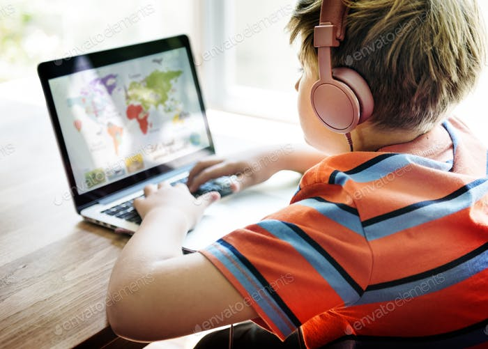 Boy Play Game Laptop-Technologie-Konzept