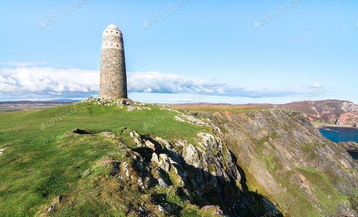 Großes Steinturm-Denkmal an der Küste in Schottland