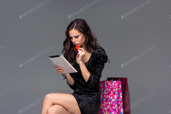 Schönes junges Mädchen zahlen mit Kreditkarte für den Einkauf