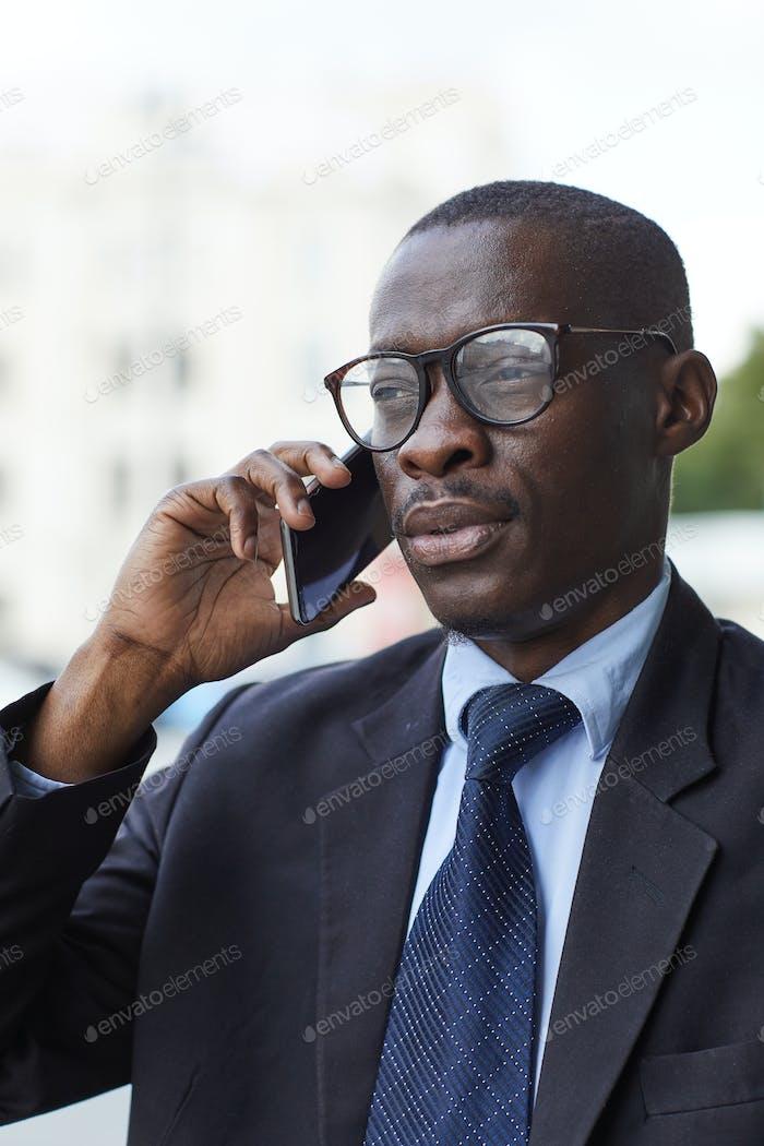 Afro-amerikanischer Geschäftsmann telefonisch