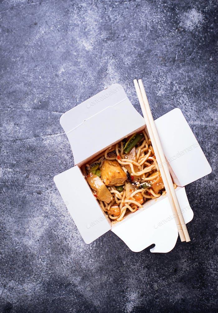Nudeln mit Tofu und Gemüse in Box