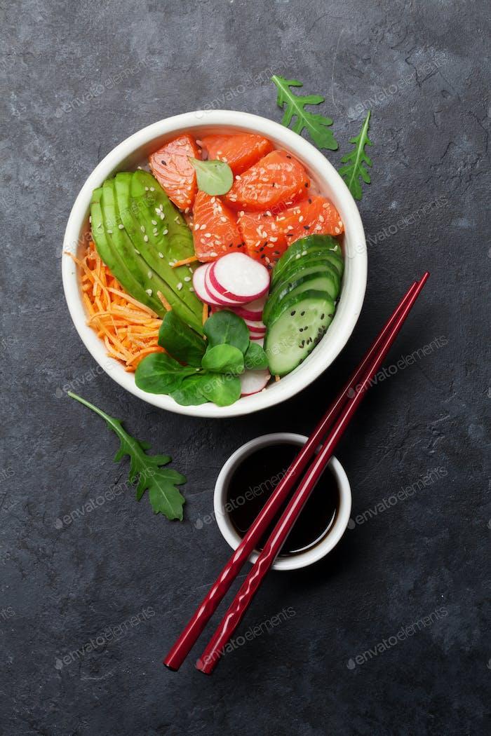 Poke Schüssel mit Lachs und Gemüse