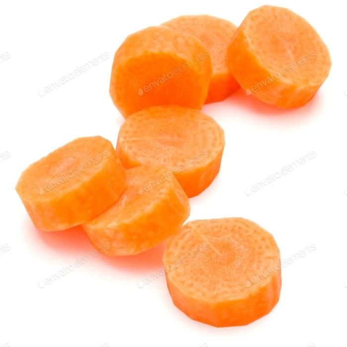 Нарезанные ломтики моркови, изолированные на белом фоне