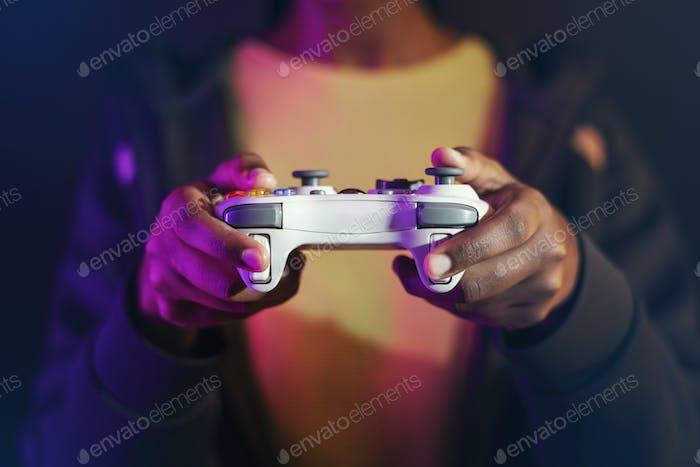 Juego de Vídeo juegos a mano usando una tecnología de entretenimiento de consola de juegos