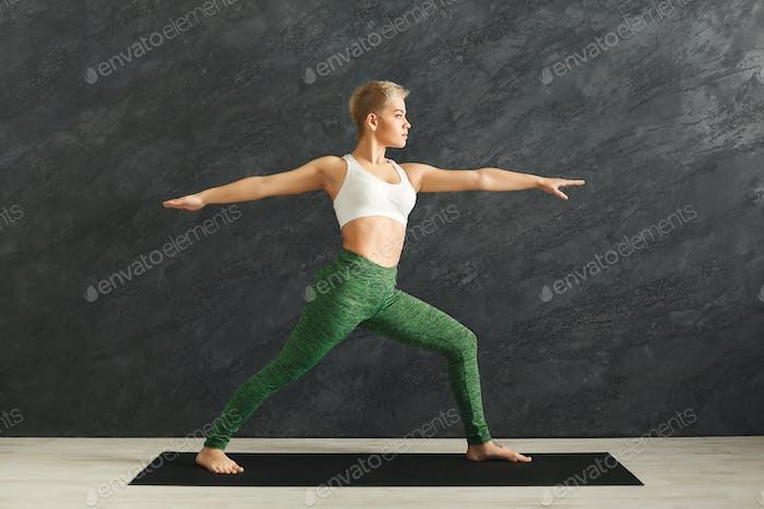 Frau Training Yoga Pose im Fitnessstudio