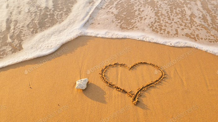 Símbolo de corazón en la playa de la orilla del mar