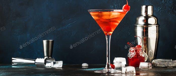 alkoholischer Cocktail Manhattan mit amerikanischem Bourbon