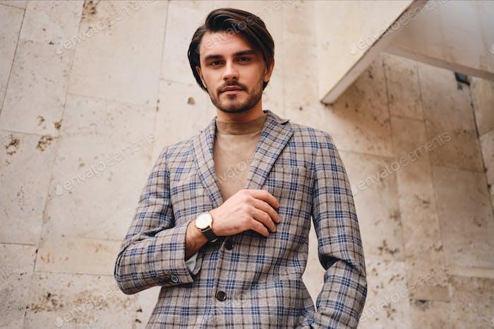 молодой красивый человек в стильный клетчатый куртка уверенно глядя в камеры открытый
