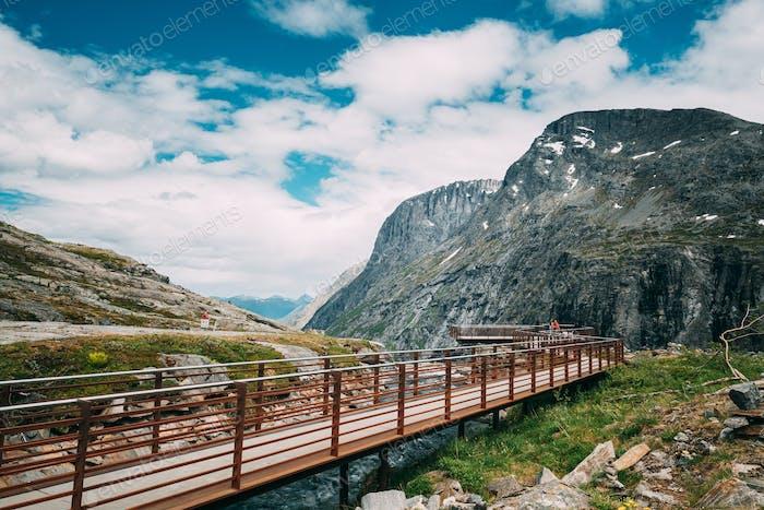 Trollstigen, Andalsnes, Noruega. Personas Turistas Caminando Visitando Plataforma de Observación Cerca de Visitante