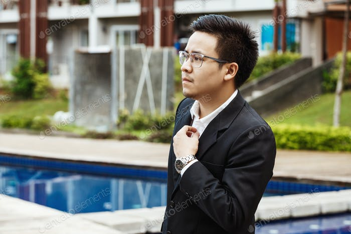 Concept Business - Hombre de negocios guapo asiático listo para ir para w