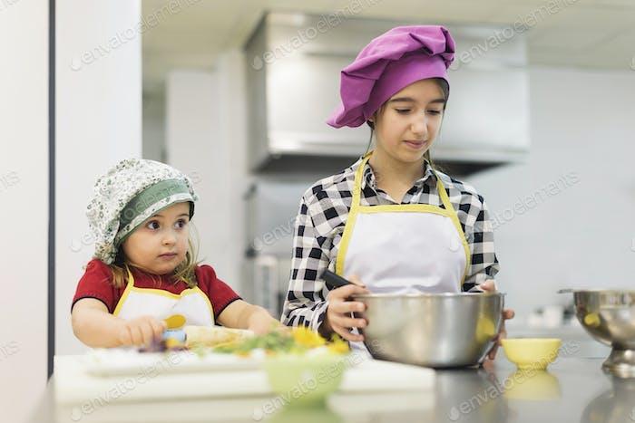 Glückliches Mädchen Kochen in einer Küche.