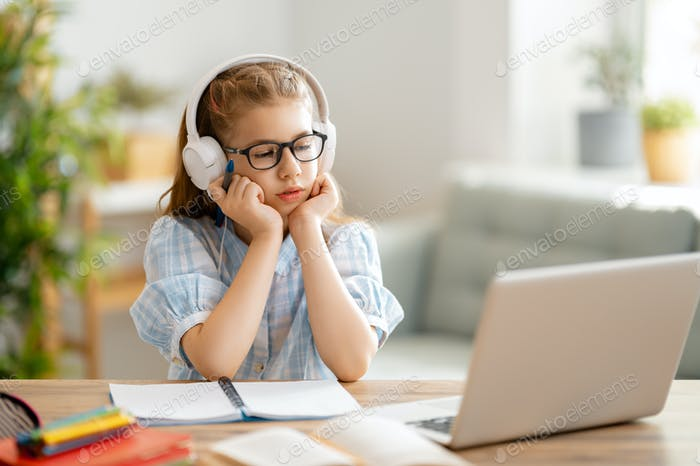 Mädchen macht Hausaufgaben oder Online-Bildung.