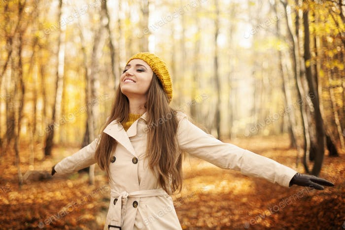 Junge Frau genießen die Natur im Herbst