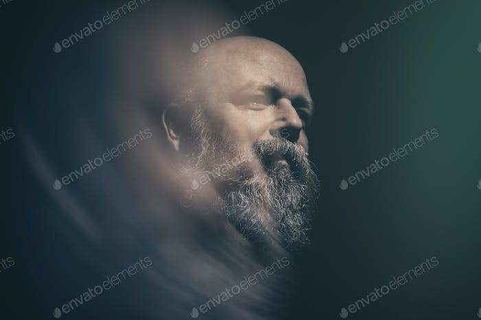 бородатый лысый мужчина