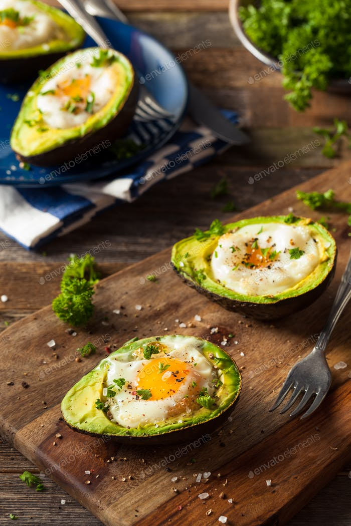 Hausgemachtes Bio-Ei gebacken in Avocado