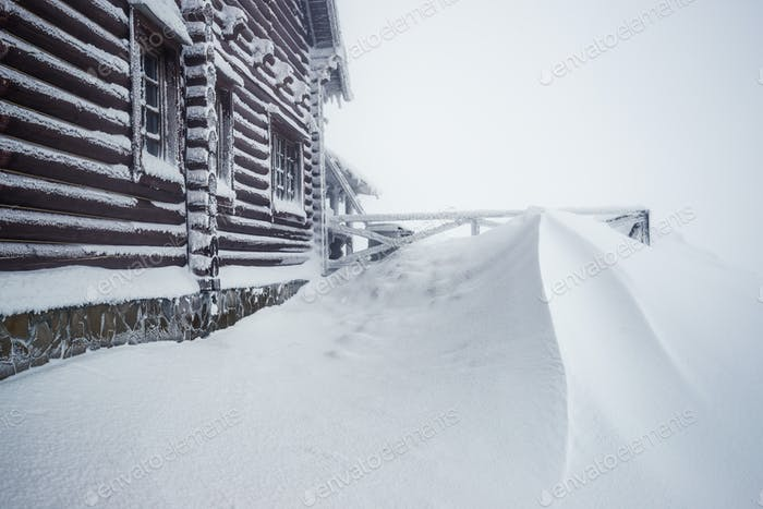 Großes Holzhaus mit Schnee bedeckt