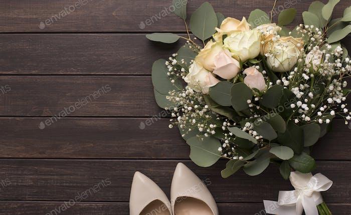Brautstrauß und hohe Absatzschuhe für die Braut auf Holz