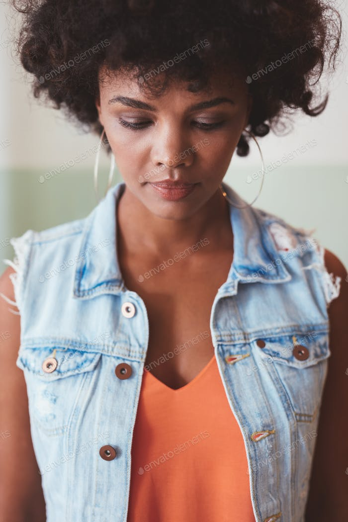 Nachdenkliche junge afrikanische Frau