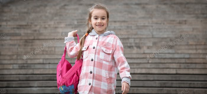Zurück zur Schule Mädchen mit Aktenkoffer. Der Beginn der Lektionen