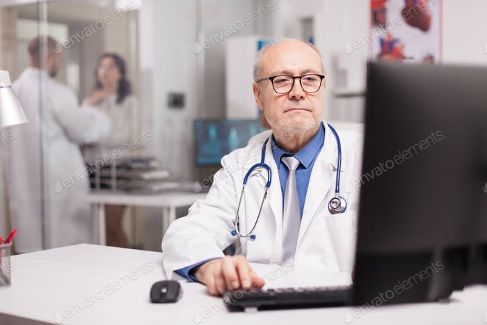 Senior Doctor Typing Expertise rapport
