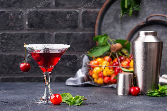 Rotkirsch-Martini-Sommer-Cocktail