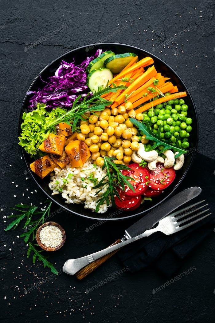 Чаша блюдо с коричневым рисом, овощами и нутом