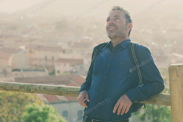 Tourist Mann stehend in der Innenstadt während seiner Reise in Italien