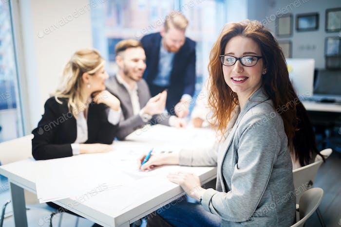 Gruppe von Geschäftsleuten, die im Büro zusammenarbeiten