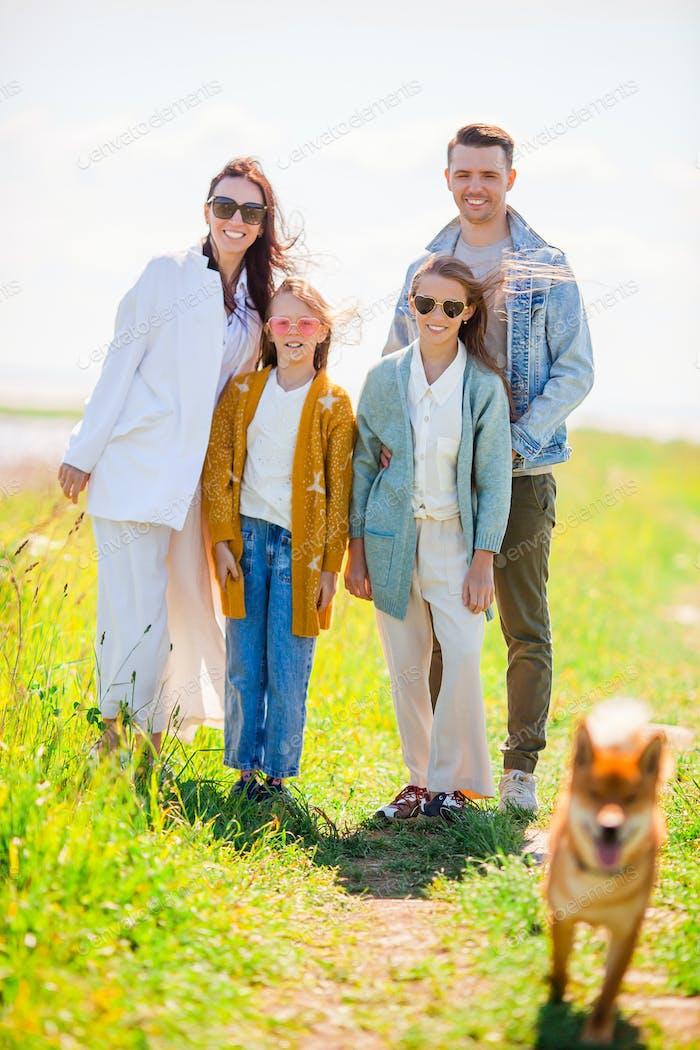 Entzückende Familie im Urlaub am See