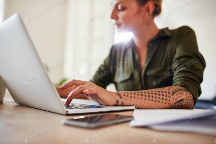 Frau arbeitet am Laptop zu Hause