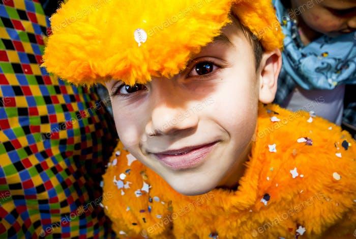 Fröhliche Kinder männlich lächeln und Spaß haben Faschingsfeier