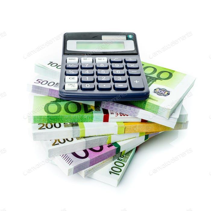 Finanzbuchhaltung Konzept. Euro-Rechnungen mit einem Taschenrechner