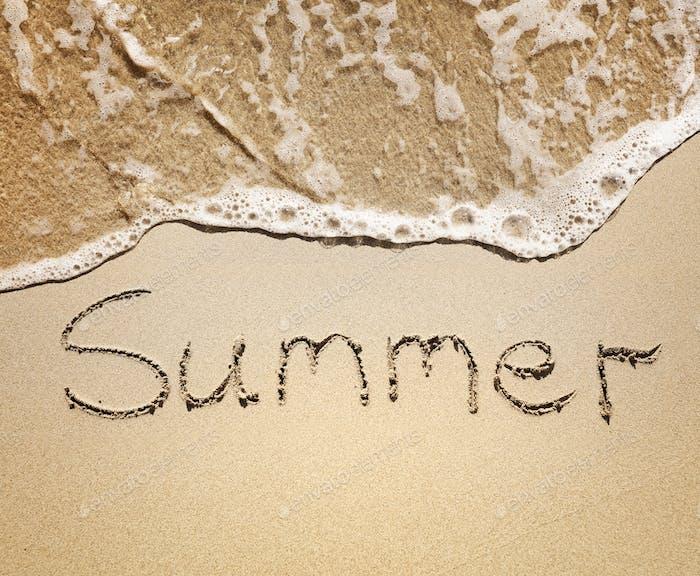Лето, написанное на песке у морских волн