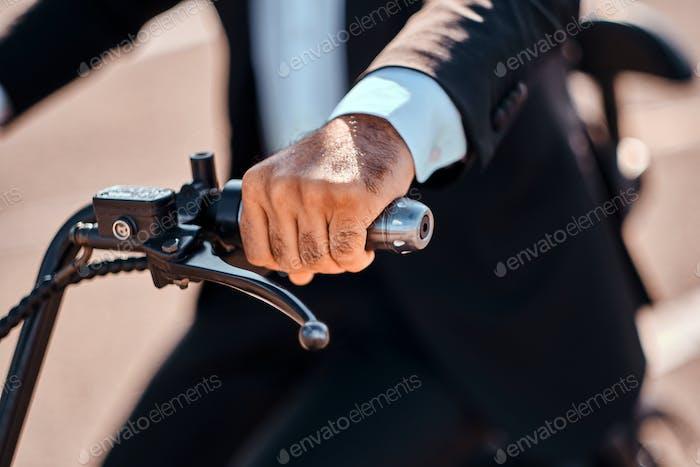 Der Mann fährt seinen neuen elektro- -Scooter