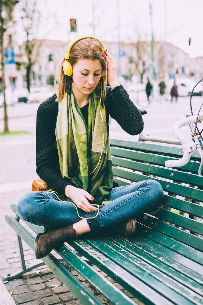 junge schön hipster sportlich blonde Frau sitzen mit Bein cro