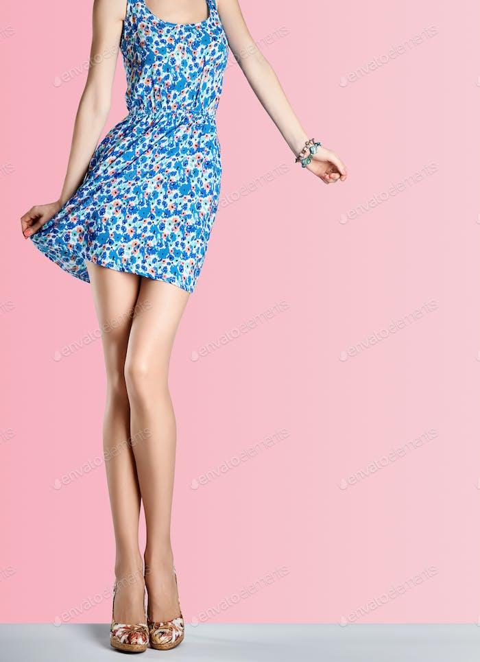 Frau in Mode Blumenkleid, High Heels, Outfit