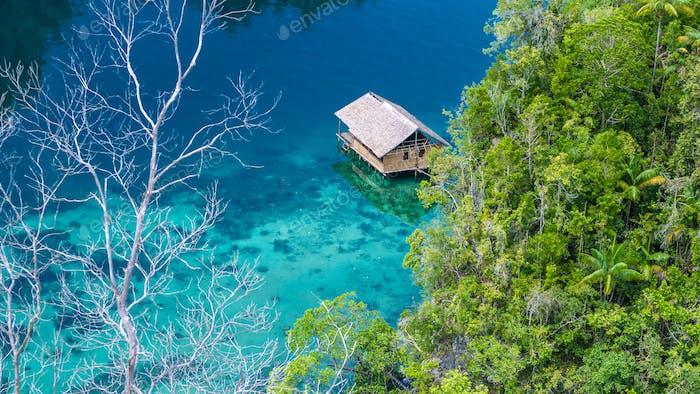 Bamboo Hütte in Mangrove in der Nähe von Warikaf Homestay, Kabui Bay und Passage. Gam Island, West Papuan, Raja