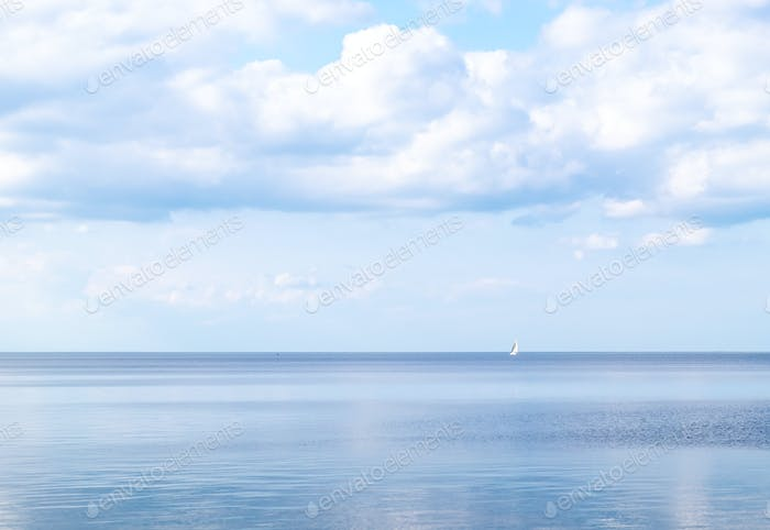Ruhige Meer hellen Sommertag