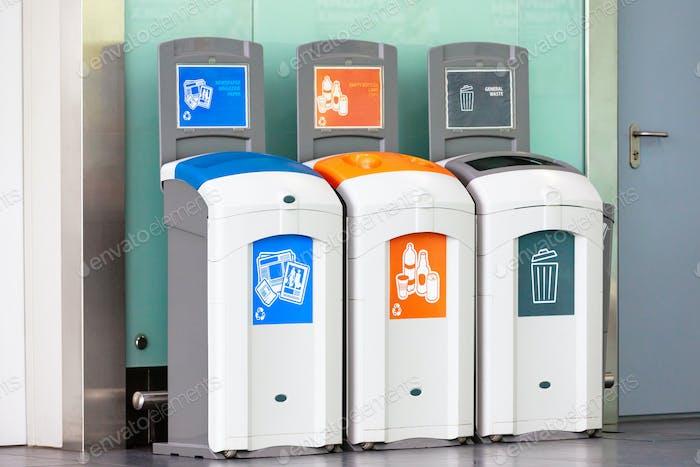 Mülltonnen für verschiedene Abfälle - Kunststoff, leere Flaschen, Zeitungen, Zeitschriftenpapier allgemeiner Abfall