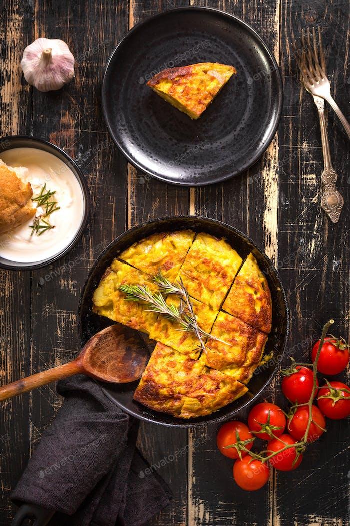 Tortilla de patatas in einer Pfanne
