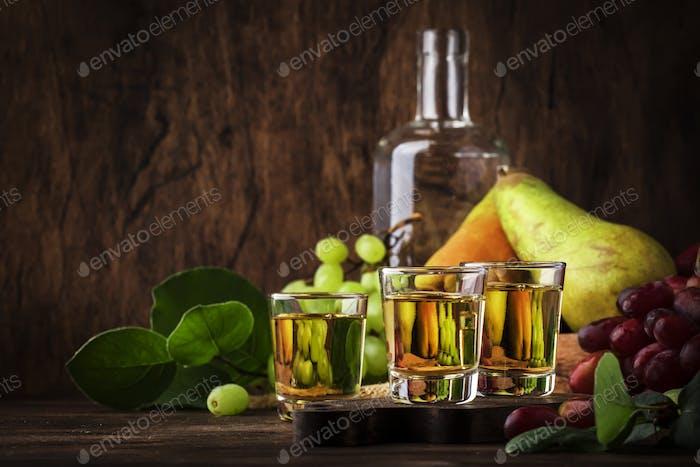 Rakija, Raki oder Rakia - Balkan hartes alkoholisches Getränk oder Schnaps aus fermentierten Früchten