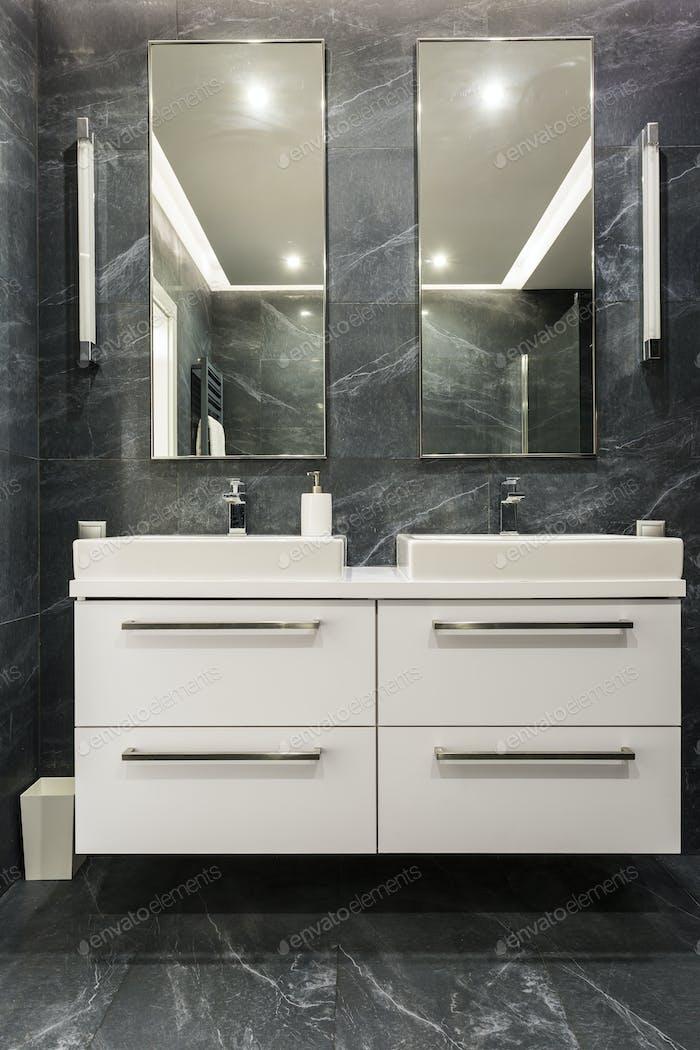 Dunkles Granit Badezimmer mit Schrank