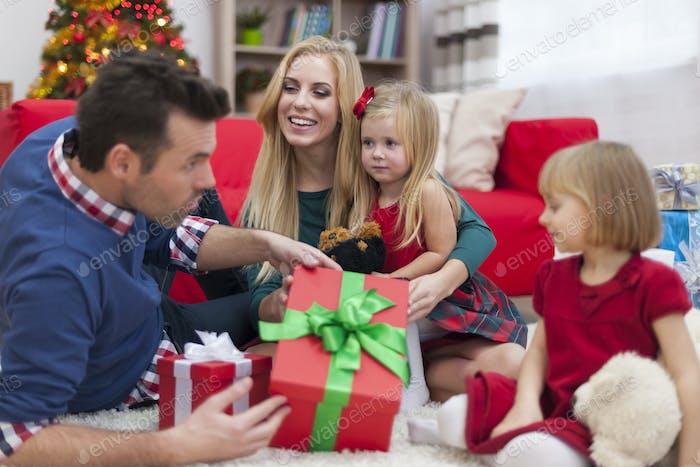 Frohe Zeit während der Weihnachtszeit für junge Familie