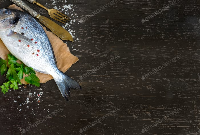 Frischer Dorado-Fisch und Petersilie